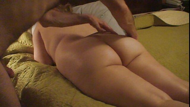 彼女を食べながら成熟したブルネットのおっぱいを撫でる 女性 用 アダルト ビデオ