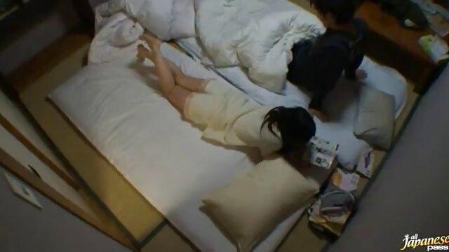 熟女は男をソファに誘い込み、熱心に彼女と一緒にそれをしました。 無料 女性 用 アダルト ビデオ