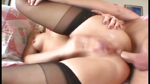 ふしだらな女はあなたの前でしゃがんで、フェラを得る 女の子 用 エロ ビデオ