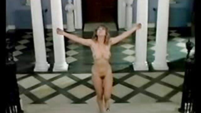 若い黒のゲイと彼の足を彼の背中に広げてうそをつく 女性 の 為 の 無料 アダルト ビデオ
