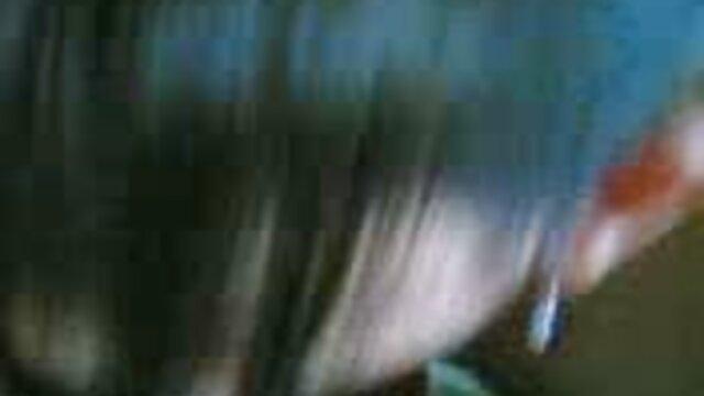 変態した成熟したふしだらな女は、ベッドの中で男と狂ったように性交する。 女性 が 見る エロ ビデオ