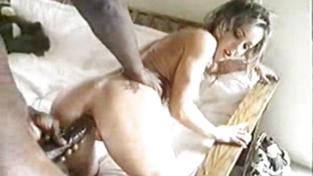 若い女性は男の前で服を脱ぎ、彼女を食べるためにソファの上に横たわるでしょう、L。 女性 向け アダルト ビデオ 動画