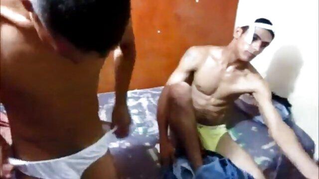 成熟したお母さんは息子の友人を誘惑し、ソファの上で彼に性交する 女性 用 アダルト ビデオ